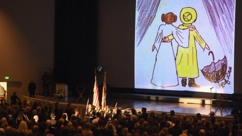carrie_fisher_debbie_reynolds_funeral_photo_singing_in_the_rain_drawing